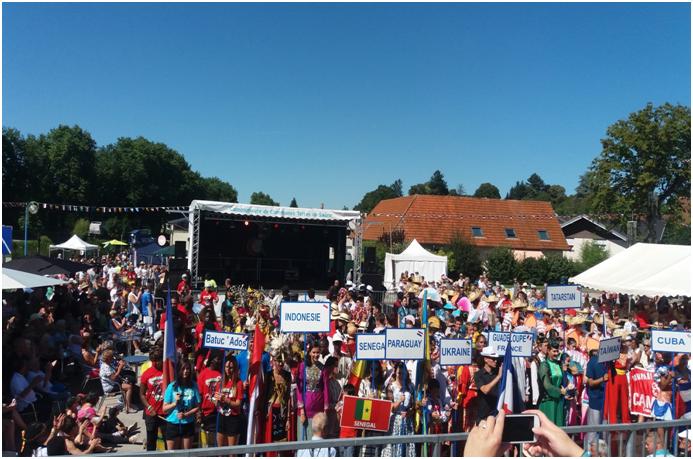 艷陽高照的開幕式,廣場人群聚
